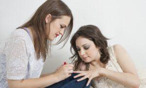 Nagellak verwijderen uit kleding