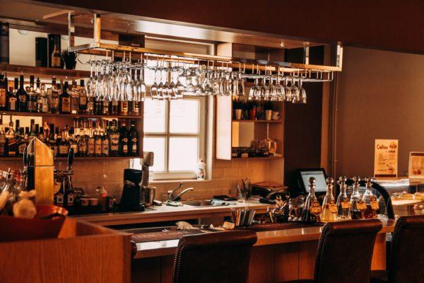 bar met wijnglazen